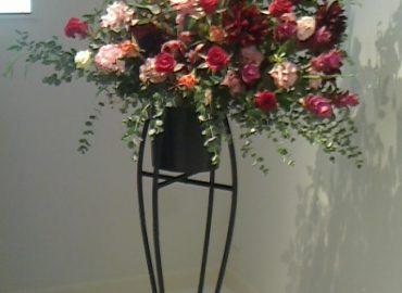 開店お祝いや発表会、晴れやかな舞台に スタンド花をお作りします。 配送から設置、片づけまで 当社におまかせください。 スタンド花15000円~